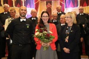 Dr. Ute Bermann-Klein verlieh ihrer Nachfolgerin im Jahr 2019, Romina Plonsker MdL, als aktuelle Protektorin die goldene Ehrennadel des Quartettverein.