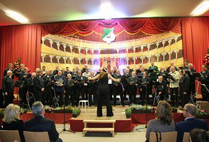 """Unter dem Motto """"Der große Lauschangriff: Ihre Ohren, unsere Töne!"""" präsentierten der MGV Quartettverein mit Chorleiterin Daniela Bosenius in der """"Königshovener Scala"""" ein abwechslungsreiches Programm mit einigen Premieren. (Fotos: Bastian Schlößer)"""