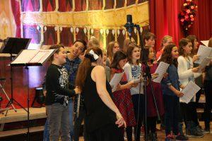 Nicht nur beim Singen, sondern auch bei der Bühnenperformance hatten die Jugendchöre viel Spaß auf der Bühne.