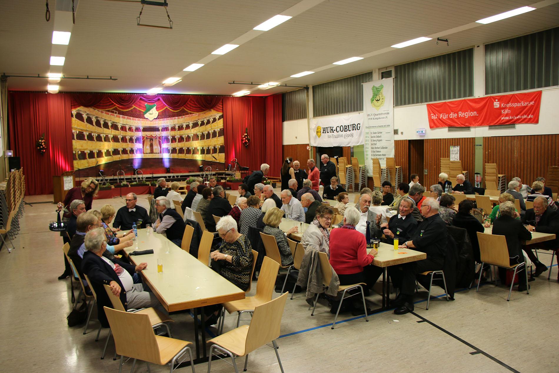 Bei einem leckeren Imbiss und kühlen Getränken wurden viele Meinungen und Ideen in guten Gesprächen rund um das Herbstkonzert ausgetauscht.