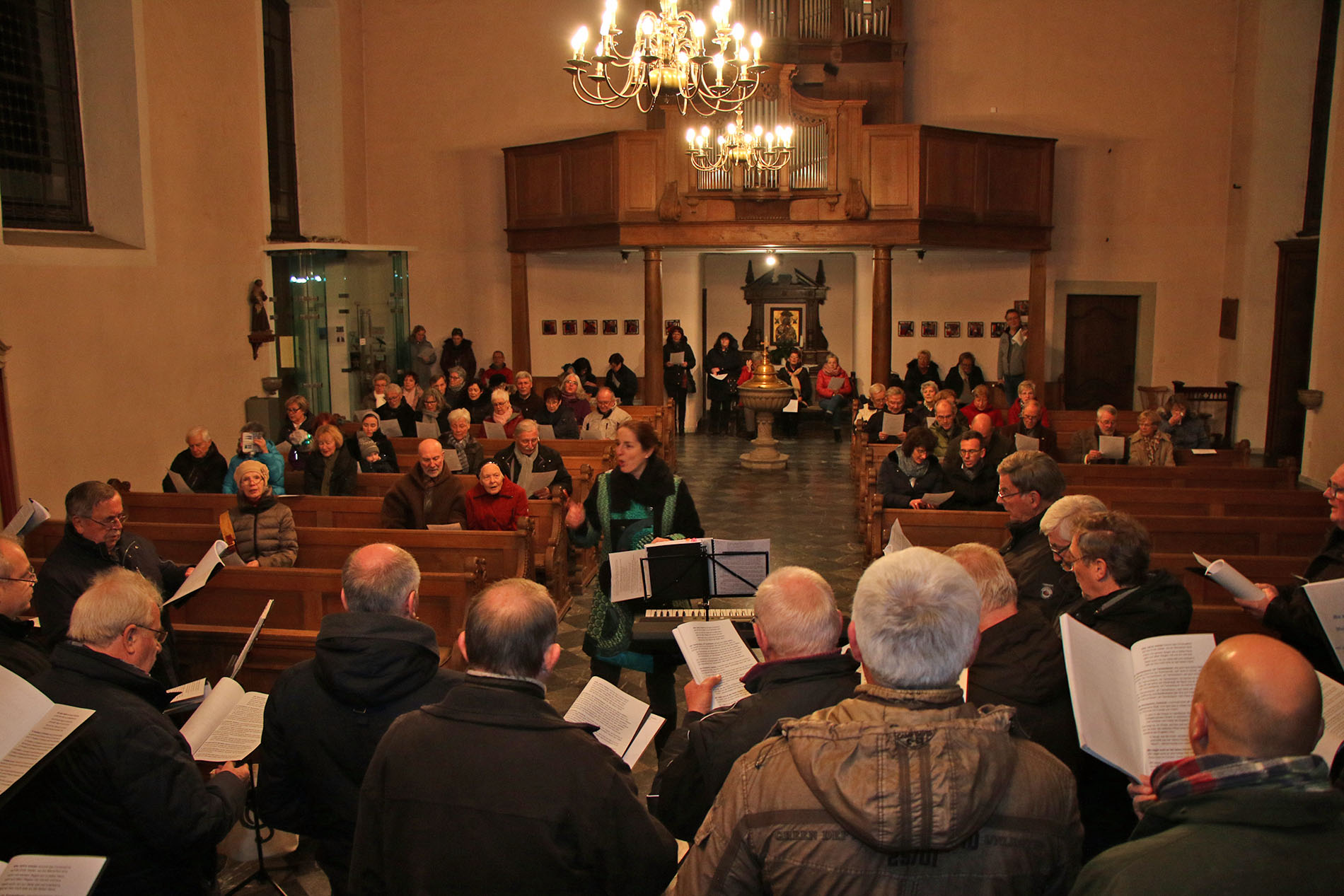Gemeinsam mit dem Publikam sang der MGV Quartettverein 1930 Königshoven e. V. unter dem Dirigat von Daniela Bosenius Weihnachtslieder in der Pfarrkirche St. Goerg in Alt-Kaster. (Fotos: Bastian Schlößer)