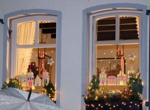 Hinter dem Adventsfenster Nr. 13 verbarg sich ein weihnachtlich geschmücktes Kunstwerk des Montessori Kindergartens Bedburg.