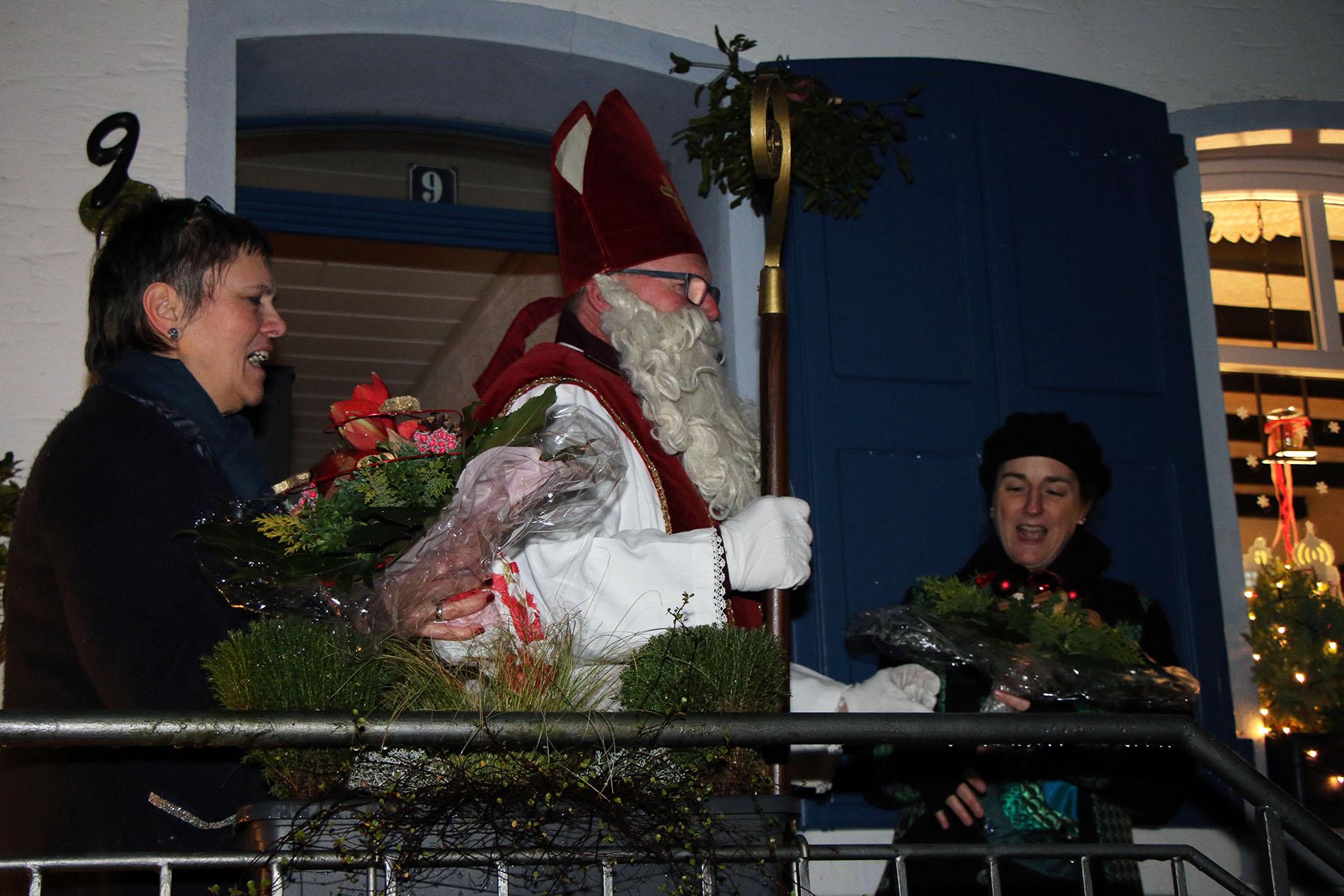 Der liebe Nikolaus bedankte sich bei Organisatorin Heidrun Bußmann sowie MGV-Chefin Daniela Bosenius und freute sich schon auf ein Wiedersehen im nächsten Jahr.