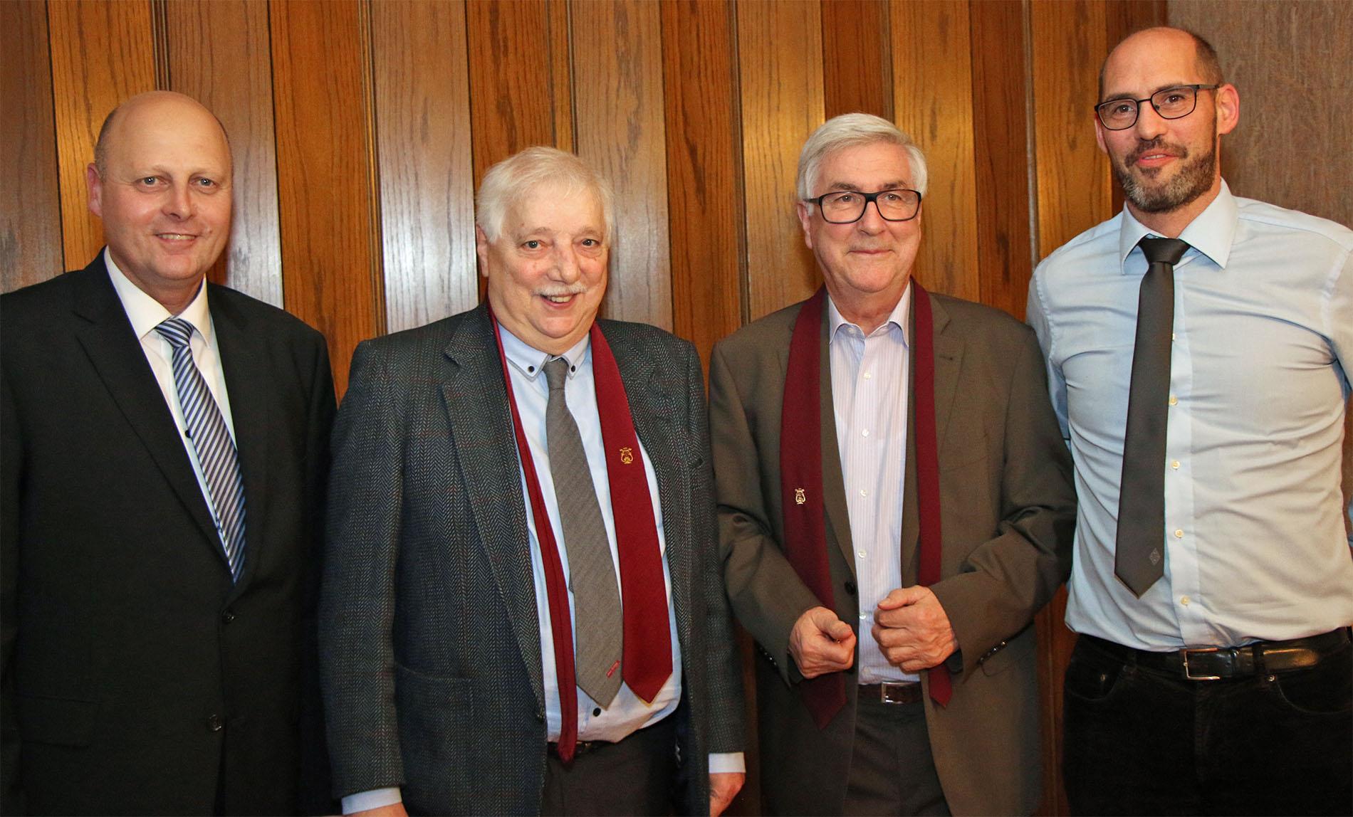 Herbert Jobs (1. Tenor) und Willi Demond (2. Bass) aus der Kolpingstadt Kerpen fanden den Weg zu den Königshovener Chorproben und freuten sich somit auch, beim ersten Weihnachtssingen im Vereinslokal mit dabei zu sein und die Quartettverein-Insignien von MGV-Vorsitzendem Manfred Speuser zu erhalten. (Fotos: Bastian Schößer)