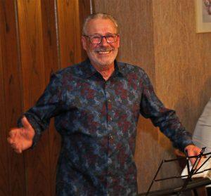 """Theo van Peij (2. Kassierer) erzählte musikalisch die Geschichte """"Unser Bäumche"""" der Bläck Fööss."""