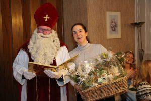 Mit einem Geschenkkorb für Chorleiterin Daniela Bosenius bedankte sich der Nikolaus nach einem ereignisreichen Chorjahr 2019.
