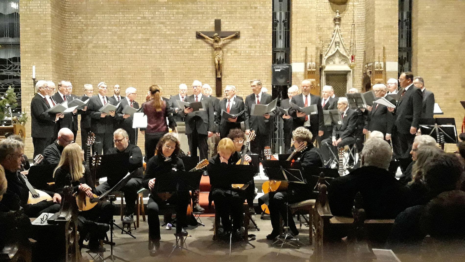 """Für einen guten Zweck beteiligte sich der MGV Quartettverein Königshoven mit Chorleiterin Daniela Bosenius auch in diesem Jahr wieder beim traditionellen """"Advents- & Weihnachtskonzert"""" am vierten Adventssonntag in der Königshovener Pfarrkirche St. Peter. (Foto: van Peij)"""
