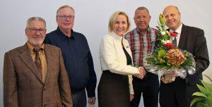 Bei der offiziellen Ernennung zur Protektorin für die Jubiläumsfeierlichkeiten 2020 überreichte MGV-Vorsitzender Manfred Speuser einen Blumenstrauß an Rita Markus-Schmitz (Foto: Bastian Schlößer)