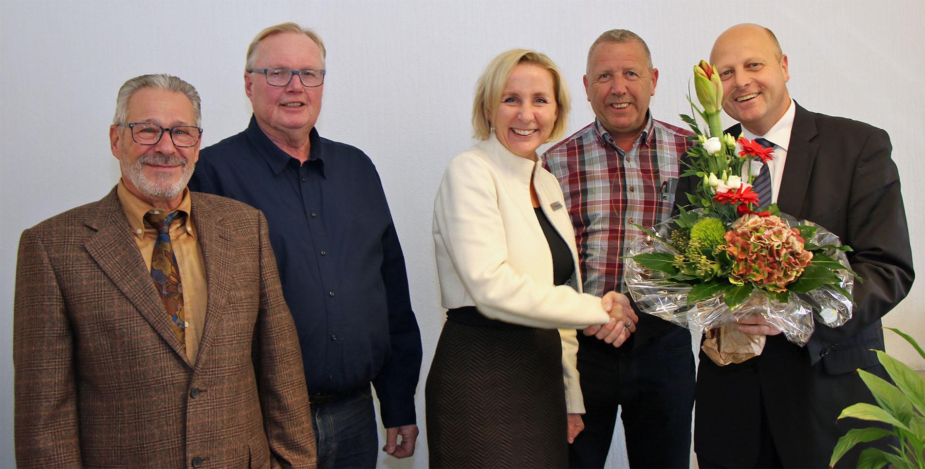 Bei der offiziellen Ernennung zur Protektorin für die Jubiläumsfeierlichkeiten 2020 überreichte MGV-Vorsitzender Manfred Speuser einen Blumenstrauß an Rita Markus-Schmitz. (Foto: Bastian Schlößer)