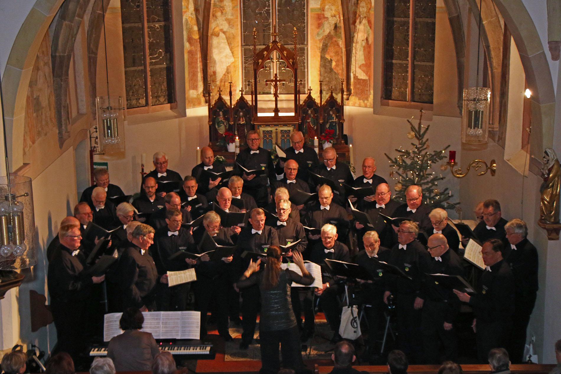 In der Kulturkirche Elsdorf-Angelsdorf präsentierte der MGV Quartettverein zusammen mit Daniela Bosenius (Moderation & Gesang) und Julia Diedrich (Klavier) zum Neujahrskonzert. (Fotos: Bastian Schlößer)