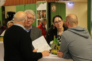 Auch Romina Plonsker MdL, Protektorin des Quartettverein, besuchte neben dem Kreistagsabgeordnetem Norbert Pleuß und Ortsbürgermeister Willy Moll sowie Pfarrer i. R. Günter Tepe die Fotoausstellung in der Königshovener Bürgerhalle.