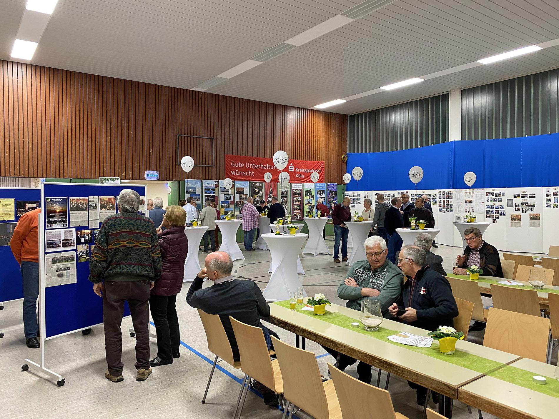 Interessiert haben die BesucherInnen der Fotoausstellung die zahlreichen Fotos und Dokumente in der Ausstellung studiert und waren von der 90-jährigen Chorgeschichte beeindruckt. (Fotos: Bastian Schlößer)