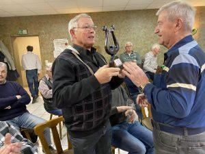 """Fritz Schiffer (rechts) wählte Hubert Krämer als Nachfolger """"Man of the Match"""" der aktuellen Woche aus, der sich sichtlich freute."""