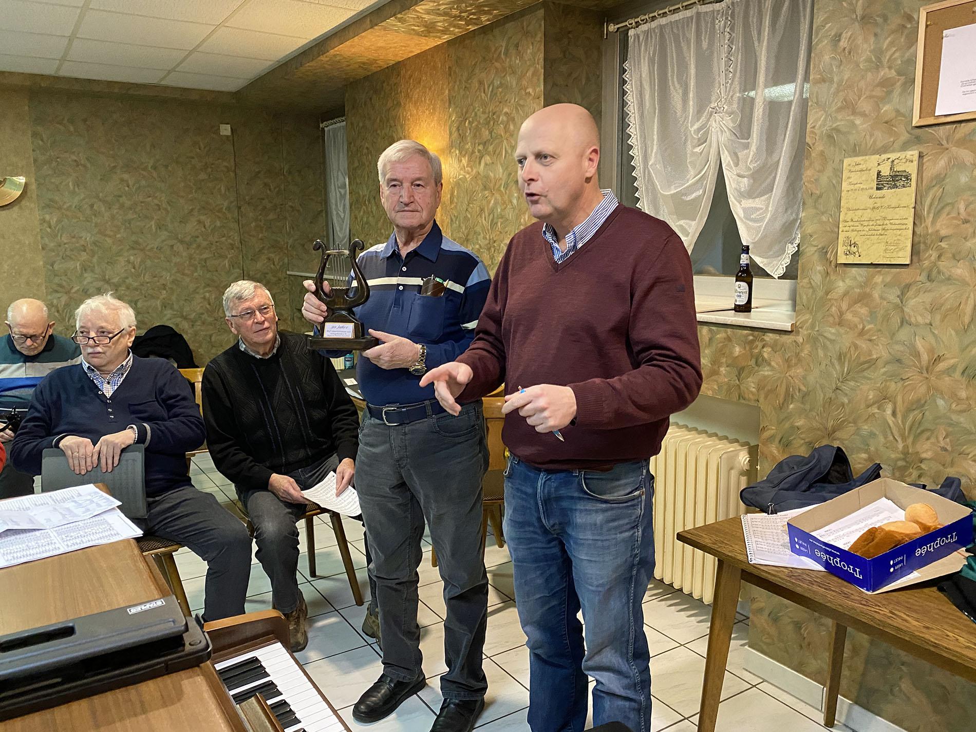 """MGV-Vorsitzender Manfred Speuser (rechts) erklärte nochmal gemeinsam mit dem ersten """"Man of the Match"""" in der Chorgeschichte das Prinzip des Wanderlokals. (Fotos: Willi Schlößer)"""